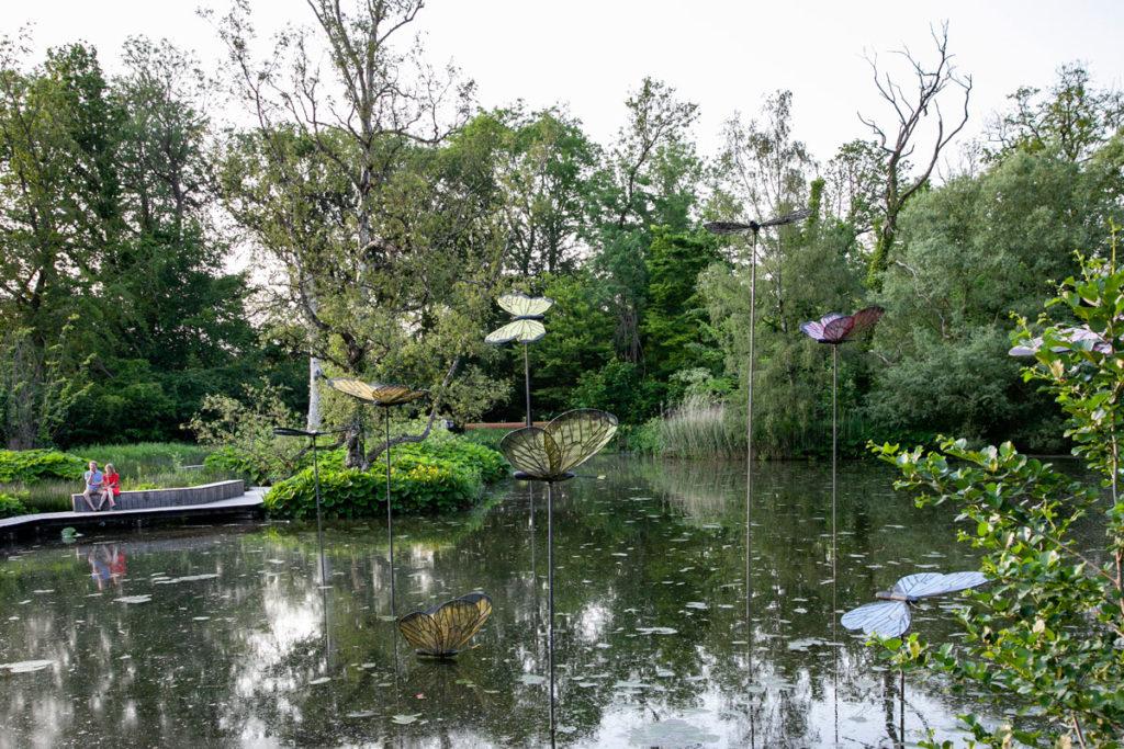Parco Monks Mose di Odense - Sculture con Farfalle in mezzo al lago