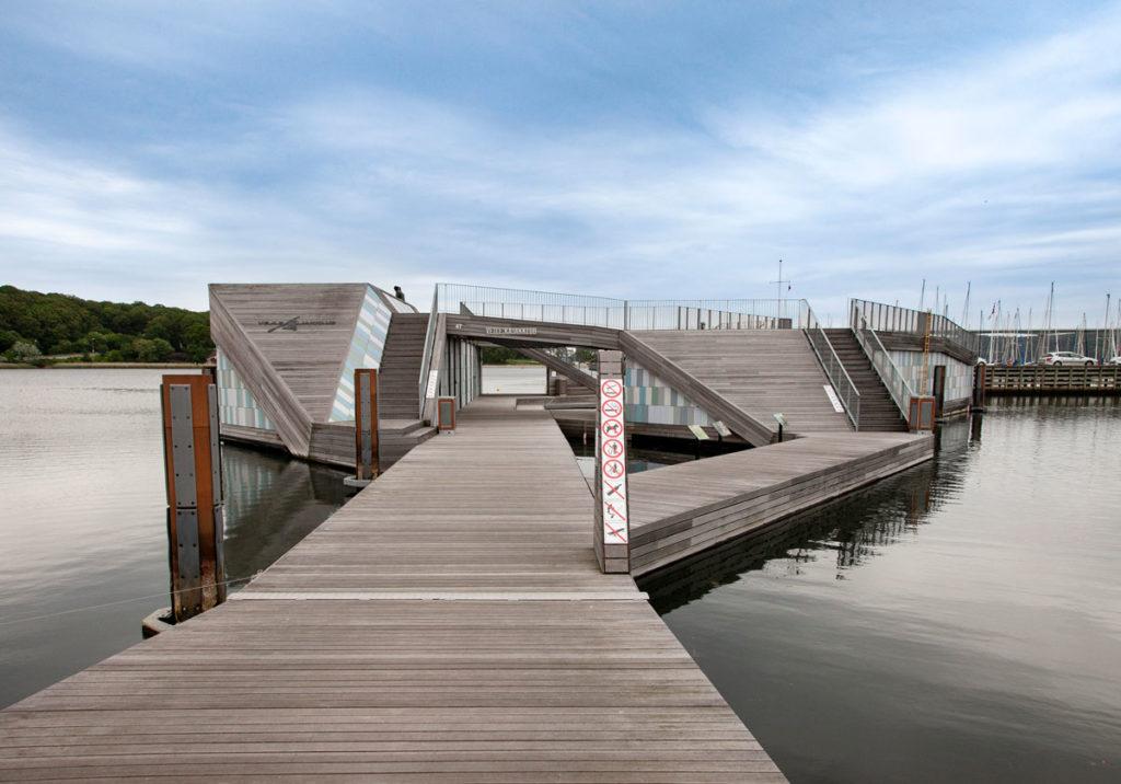 Passerelle in legno davanti a the Wave di Vejle