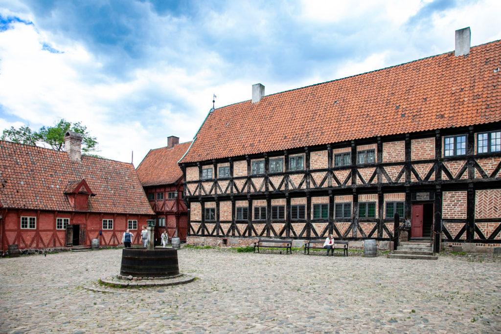 Piazza di Den Gamle By - fontana nel quartiere storico di Aarhus