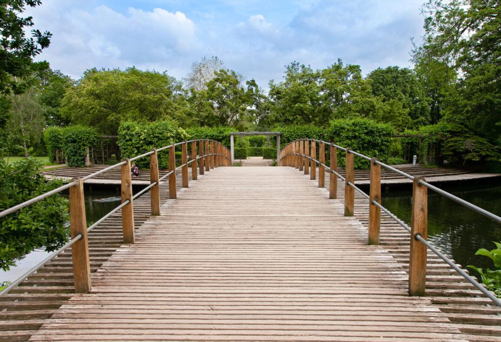 Ponte in legno sul fiume nel parco di Andersen - Odense