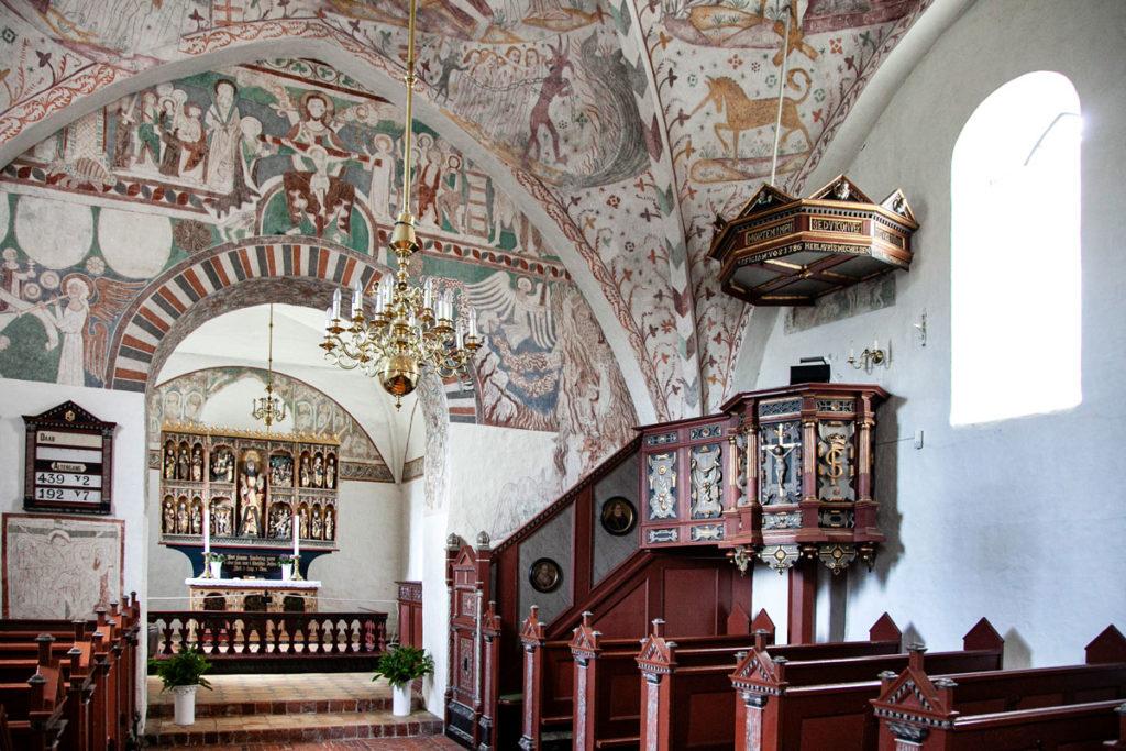 Pulpito in legno tra gli affreschi della Keldby Kirke - Isola di Mon