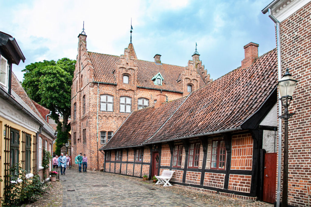 Quartiere storico di Ribe - Palazzo Taarnborg sullo sfondo e palazzo in gratticcio in primo piano