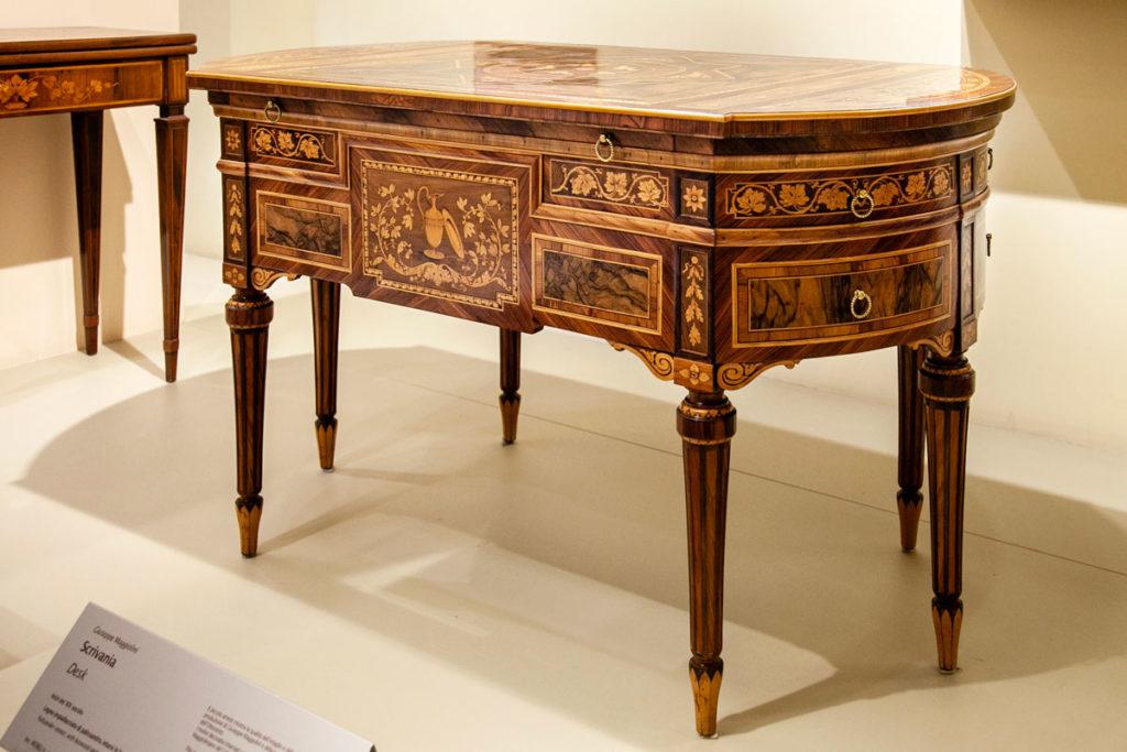 Scrivania in legno intagliato al museo dei mobili di Milano