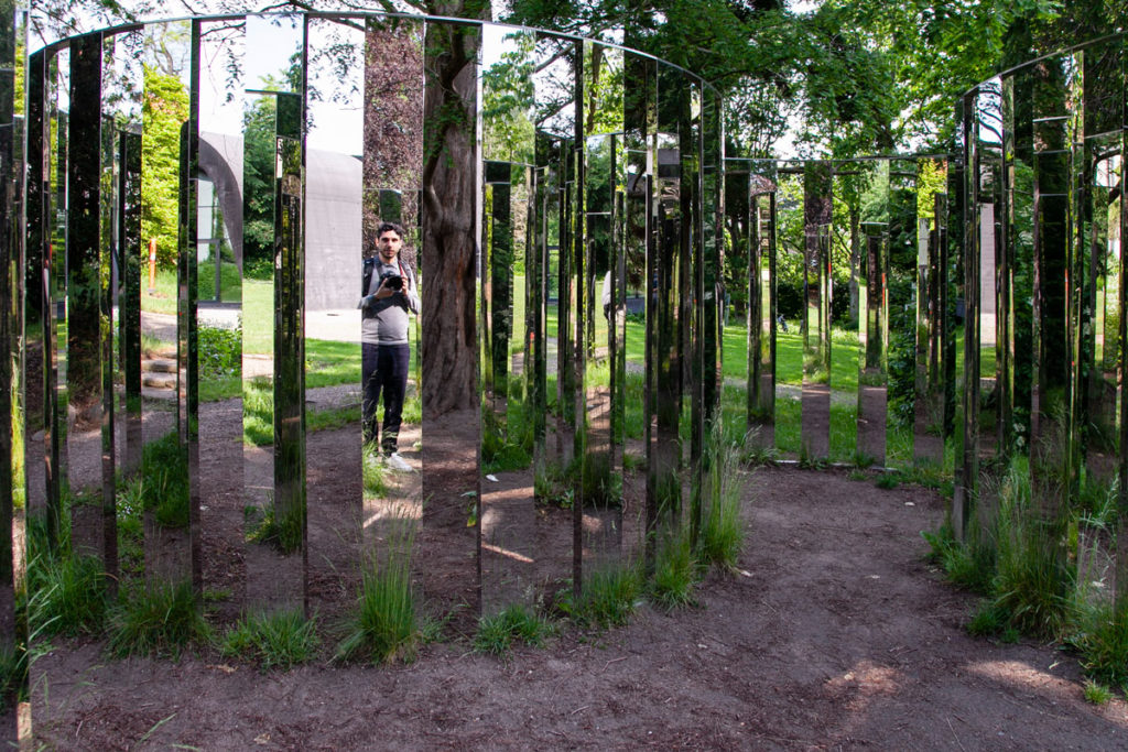 Semicircular Mirror Labyrinth II - Installazione dentro Art Park del museo Ordrupgaard