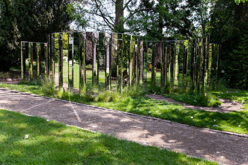Semicircular Mirror Labyrinth II di Jeppe Hein