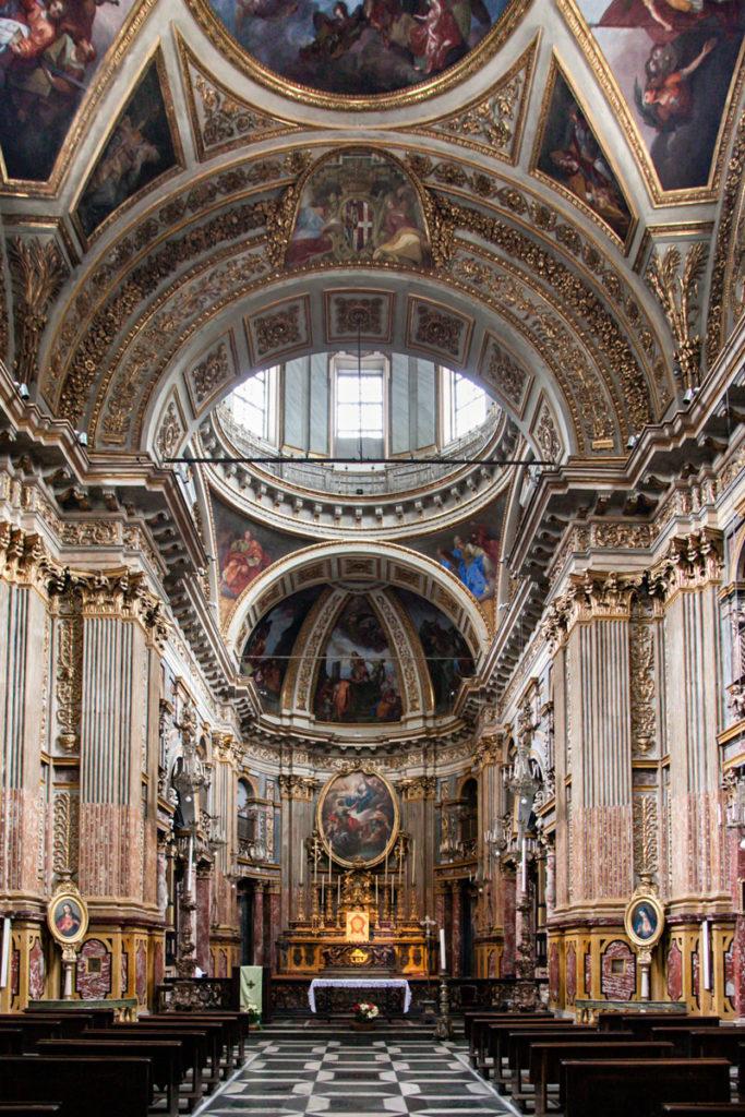 Sfarzosa Navata Interna della Chiesa dei Santi Martiri di Torino