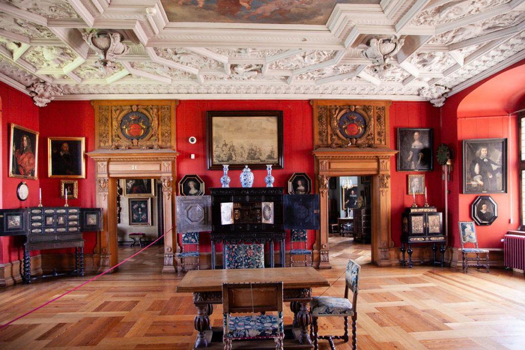 Soffitti con bassorilievi e mobili in legno - Visita al castello di Frederiksborg