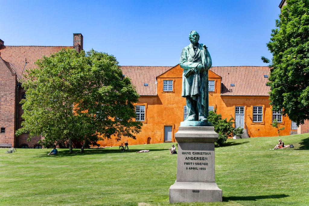 Statua di Andersen nel parco durante il giorno