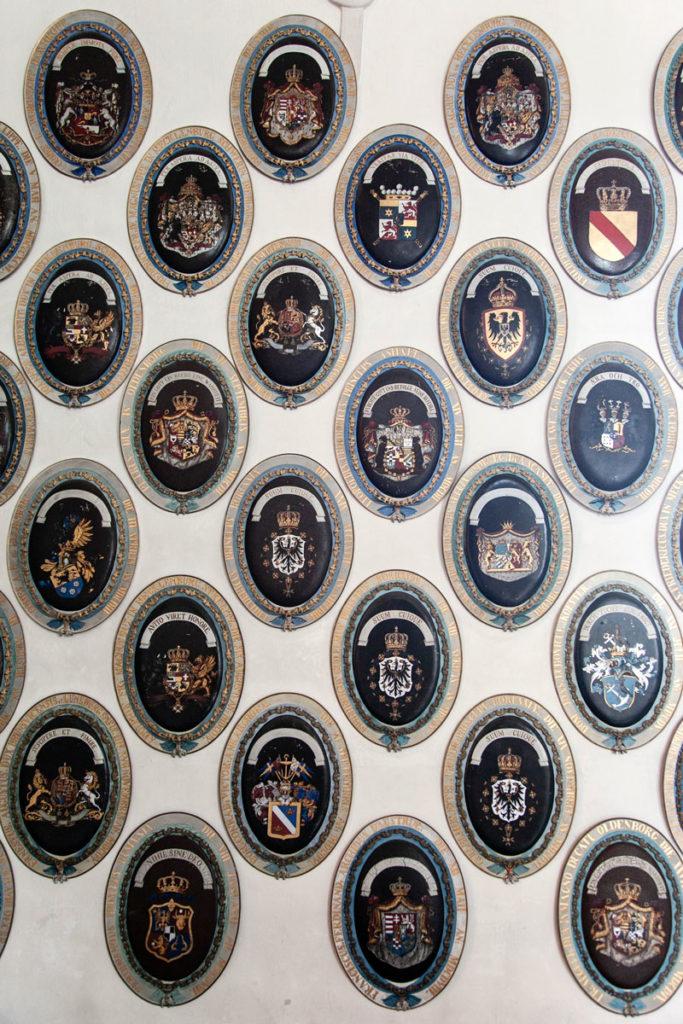 Stemmi appesi ai muri della cappella del castello