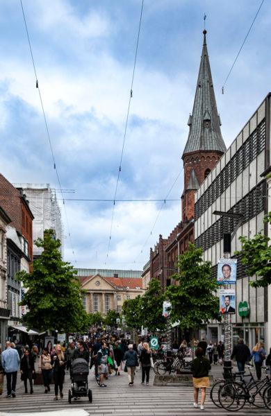 Stroget - Via dello shopping con pavimentazione a strisce