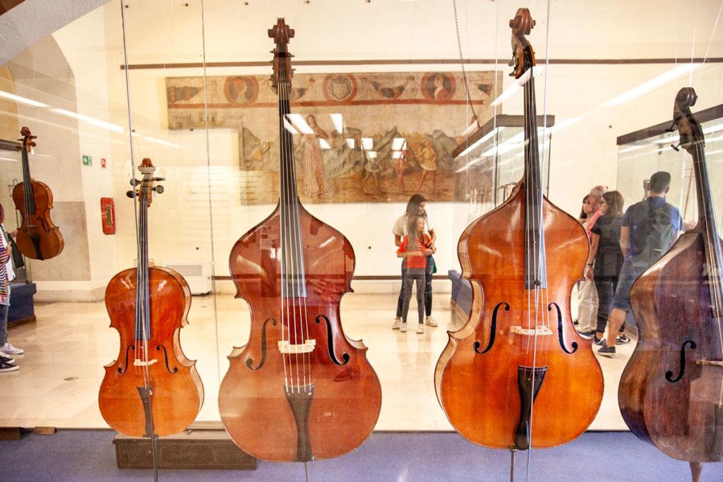 Strumenti a corda nel museo degli strumenti musicali di Milano