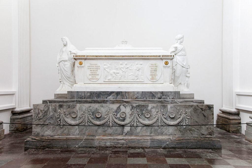 Tomba dentro alla Cappella di Federico V
