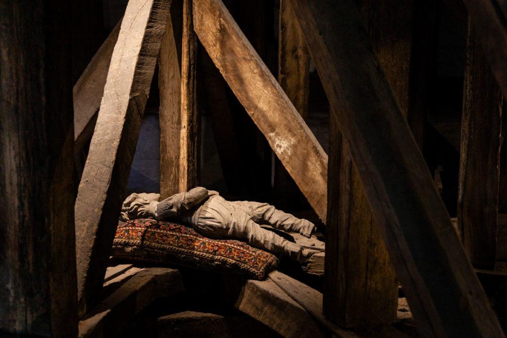 Uomo di legno che riposa nel solaio del Castello di Egeskov
