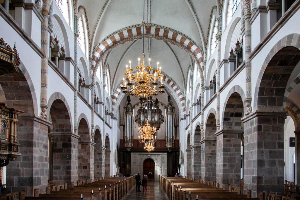 Vista della navata interna della cattedrale da altare