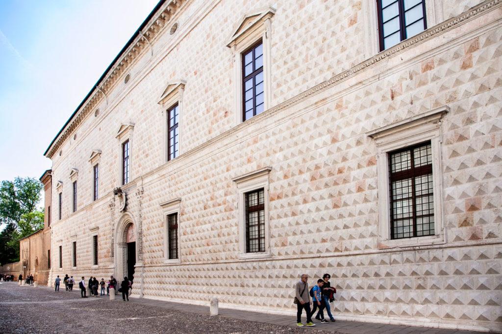 8500 diamanti sulla facciata del palazzo dei Diamanti di Ferrara