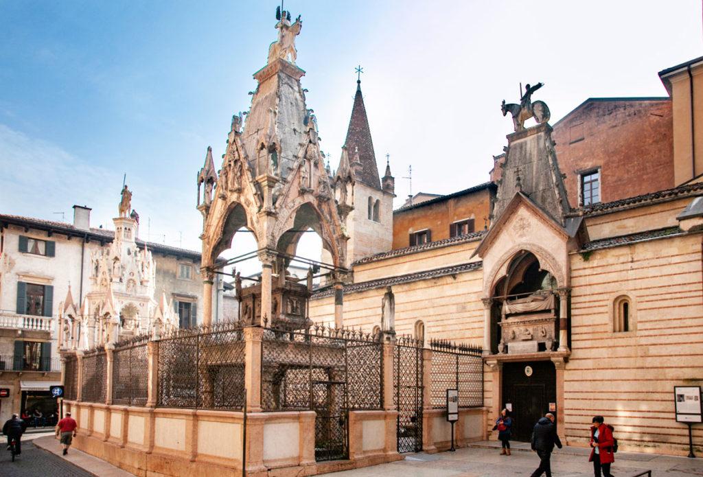 Arche Scaligere di Verona - Da sinistra Arca di Cansignorio - Arca di mastino II - Arca di Cangrande sopra la chiesa