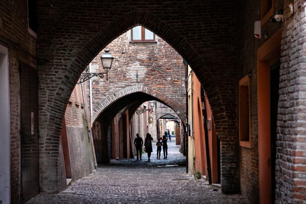 Archi a tutto sesto e a Ogiva nella via delle Volte - Ferrara