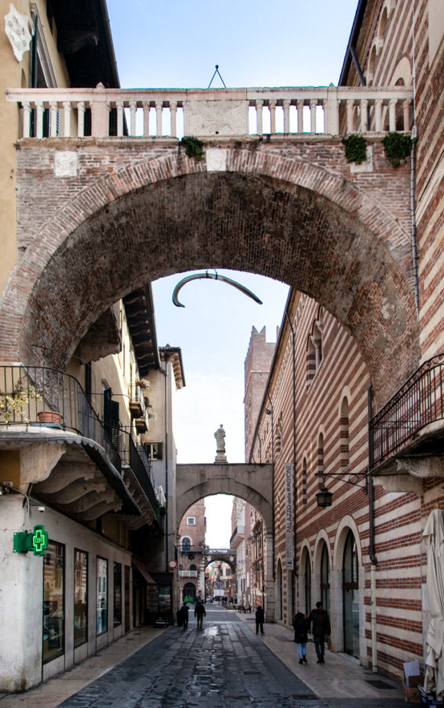 Arco della Costa e Osso di Balena che pende - Piazza Erbe Verona