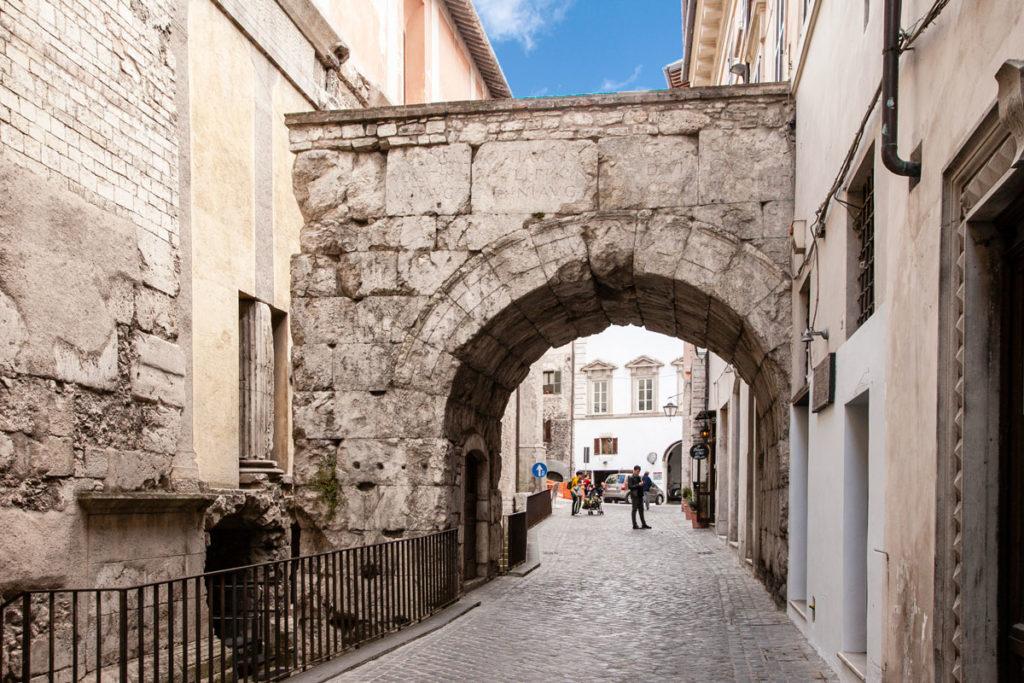 Arco di Druso e Germanico e resti del tempio del I secolo