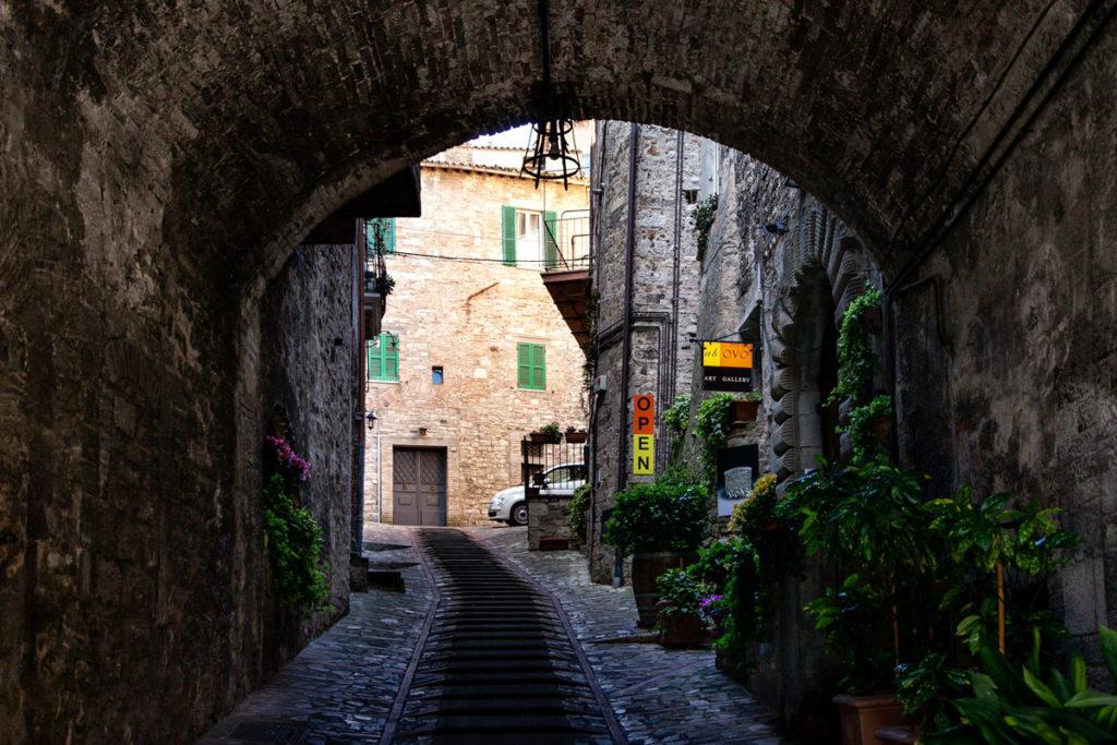 Arco di Todi con Botteghe