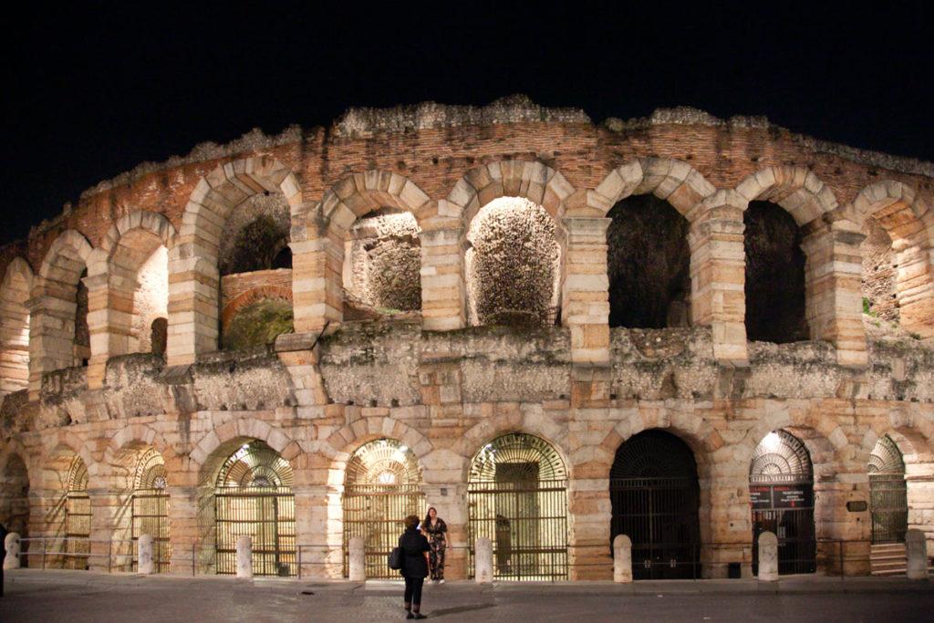 Arena di Verona di Sera in piazza Brà