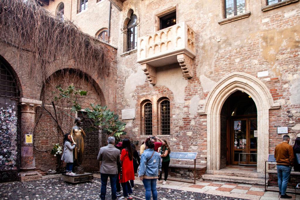 Cortile Interno della Casa di Giulietta - Balcone e Statua