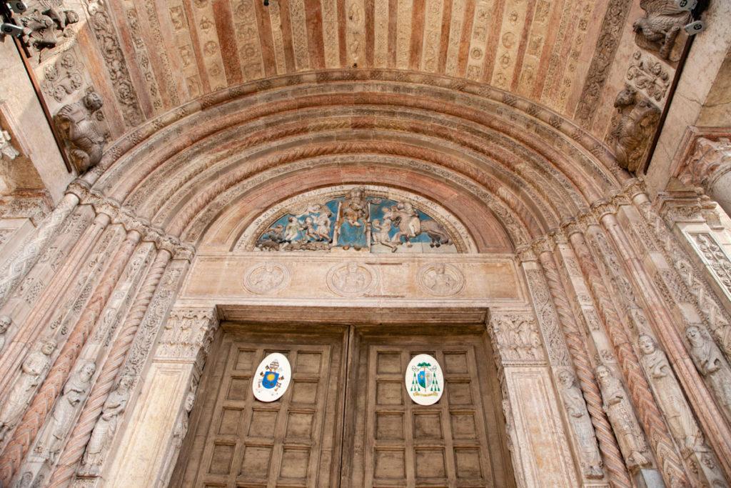 Dettaglio delle decorazioni ingresso del Duomo di Verona