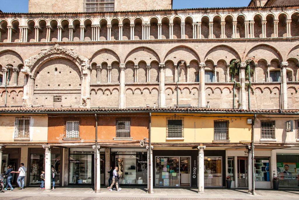 Esercizi Commerciali sul fianco del Duomo di Ferrara