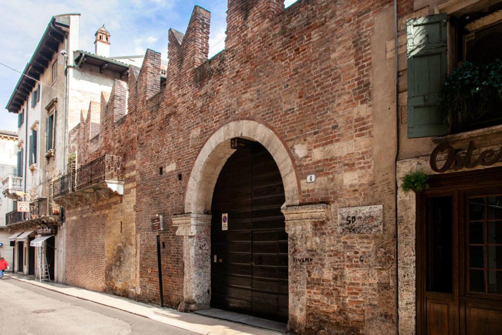 Facciata con Merletti e Portone d'Ingresso alla Casa di Romeo - Verona