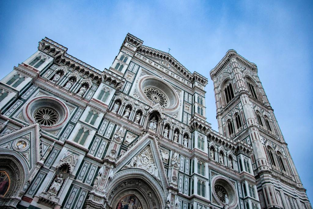 Facciata e cielo serale della Cattedrale di Santa Maria del Fiore a Firenze