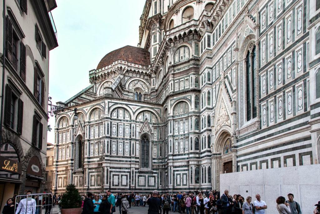 Fianco del duomo di Firenze con fila ingresso