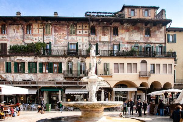 Fontana di Madonna Verona e Case dei Mazzanti sullo Sfondo