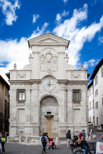 Fontana di Piazza del Mercato sopra una vecchia chiesa - Spoleto