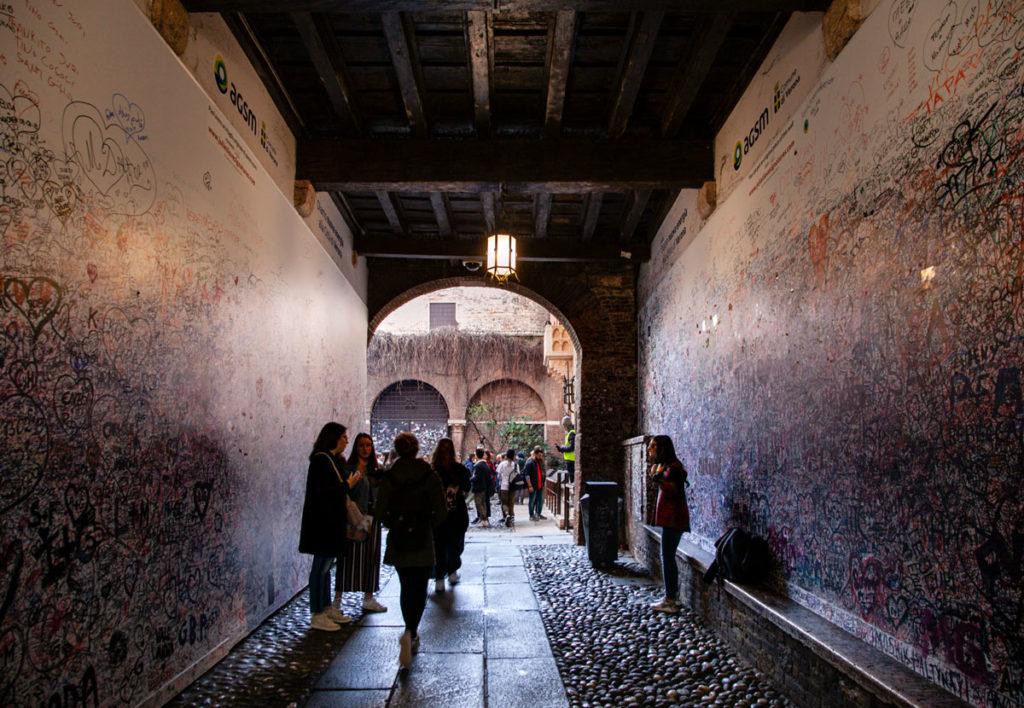 Graffiti e biglietti d'amore nell'ingresso alla Casa di Giulietta