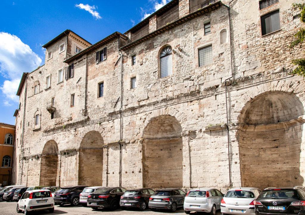I nicchioni romani di Piazza del Mercato Vecchio a Todi