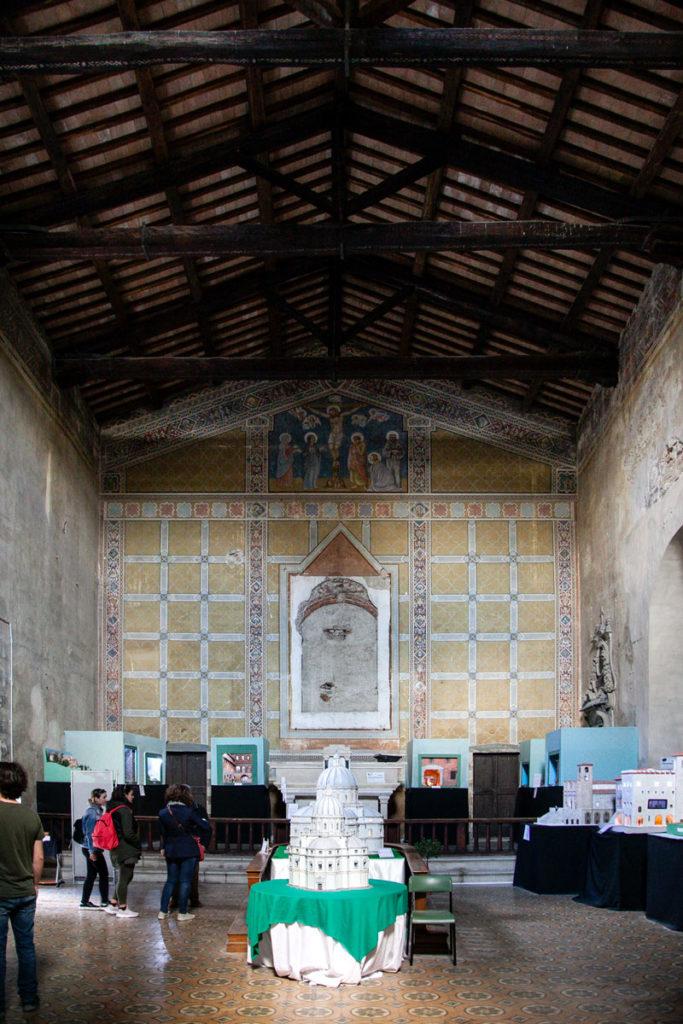 I presepi e i modellini e gli affreschi dentro alla chiesa di San Silvestro