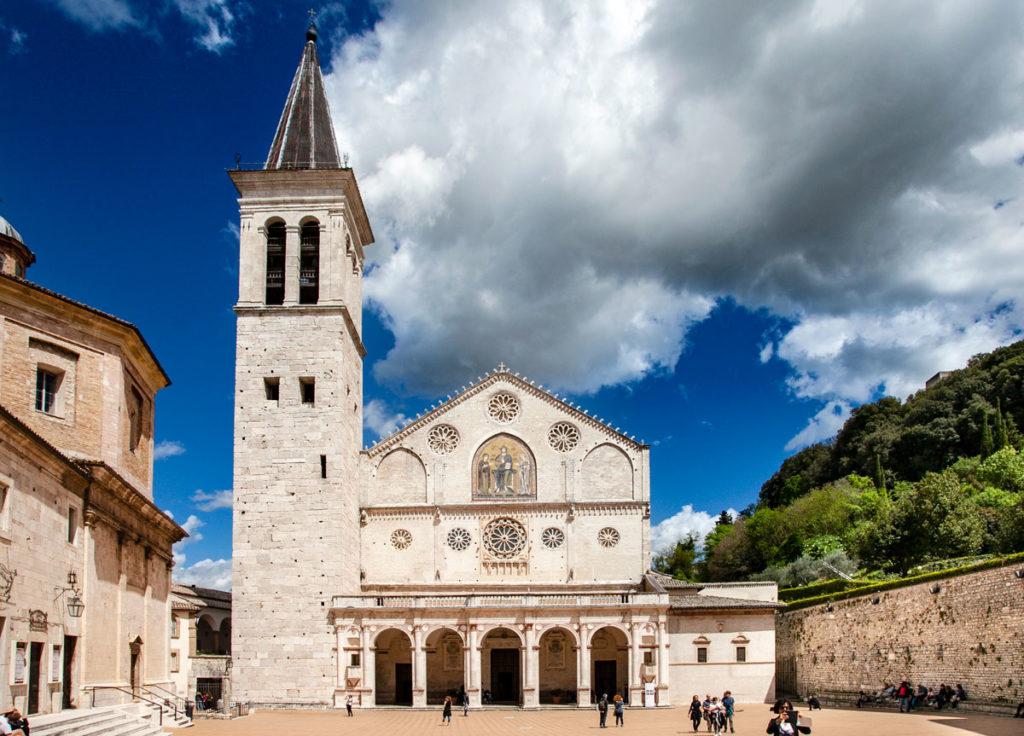 Il Duomo di Spoleto con Porticato con colonne corinzie