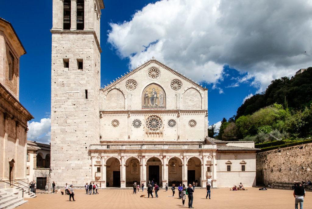 Il porticato con colonne corinzie e affresco sulla facciata del duomo di Spoleto
