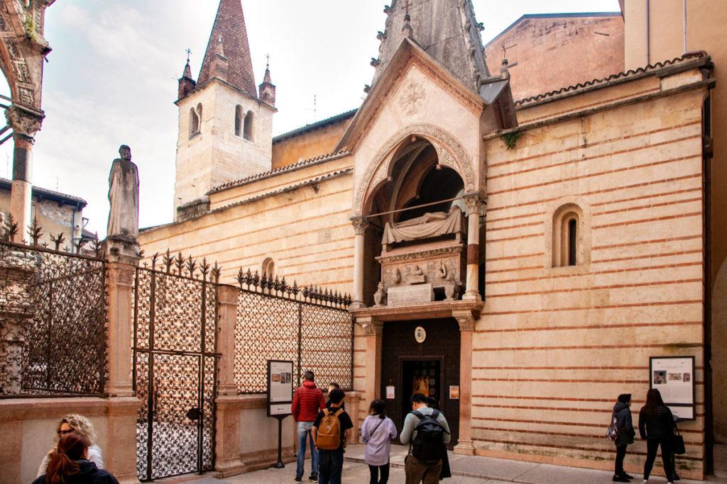Ingresso alla Chiesa Rettoriale di Santa Maria Antica dietro alle Arche Scaligere