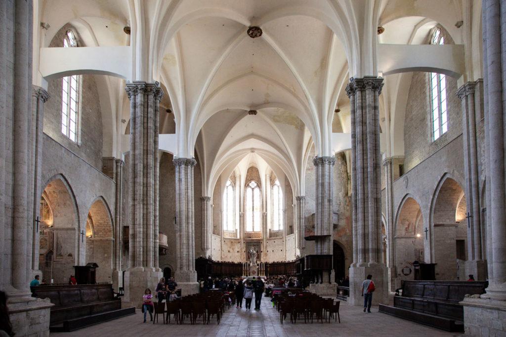Interni con pilastri e navate della chiesa di San Fortunato a Todi