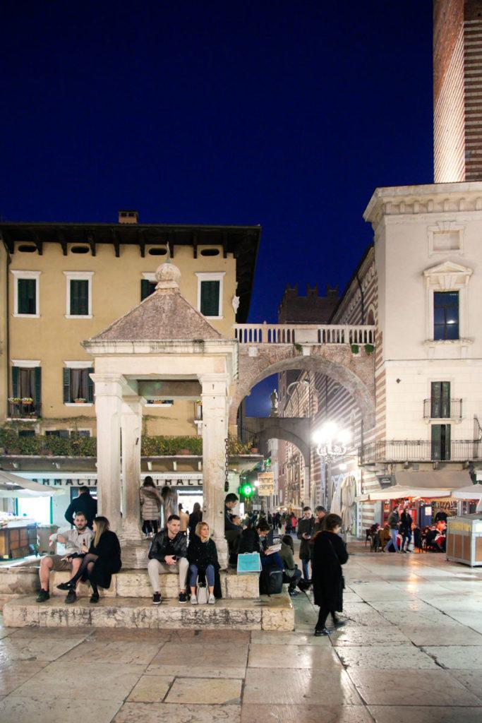 La Tribuna e Arco della Costa in piazza Erbe