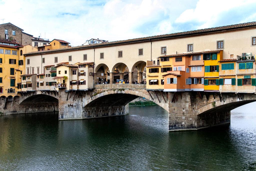 Le botteghe orafe sospese su acqua del Ponte Vecchio