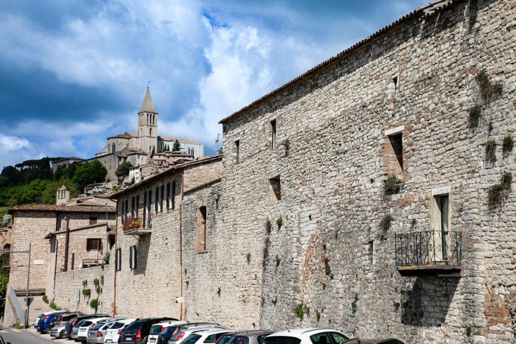 Mura medievali della città di Todi e chiesa di San Fortunato sullo sfondo