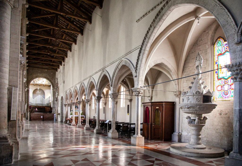 Navata laterale e navata affiancata nel duomo di Todi