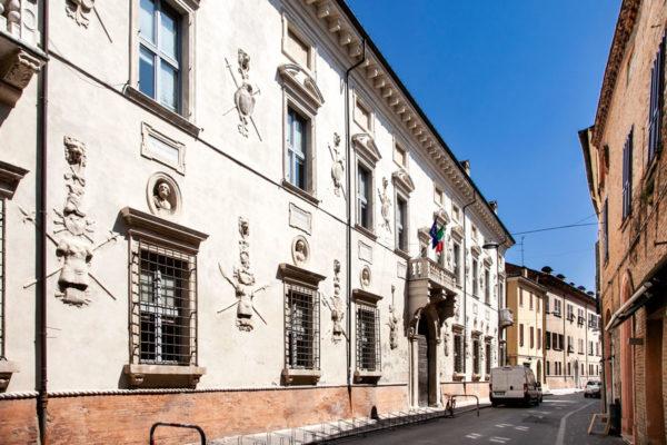 Palazzo Bevilacqua Costabili e decorazioni sulla Facciata