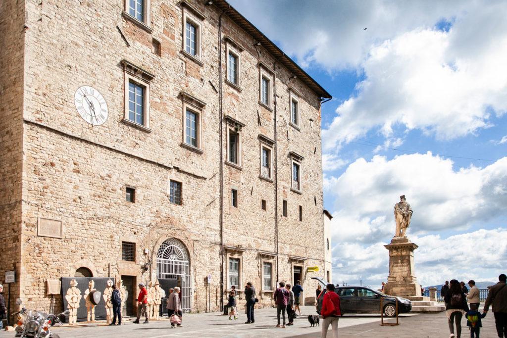 Palazzo delle Poste e dei Telegrafi del 1471 - Piazza Garibaldi a Todi