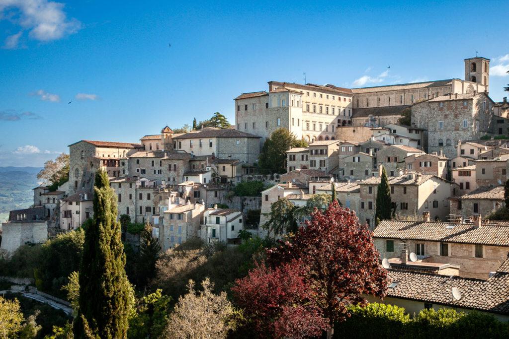 Panorama sul centro cittadino e duomo di Todi