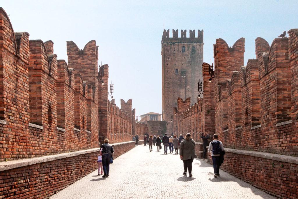 Passeggiata sul ponte di Castelvecchio - Merlature ai lati