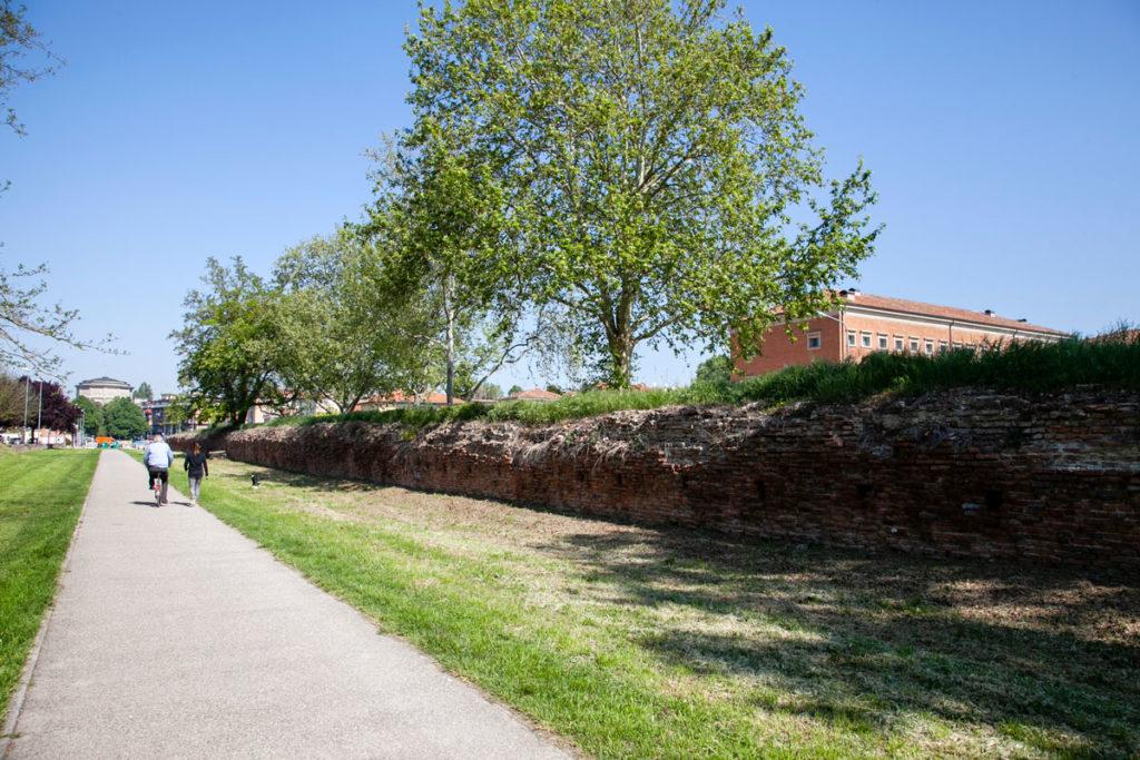 Passeggiata vicino mura storiche di Ferrara