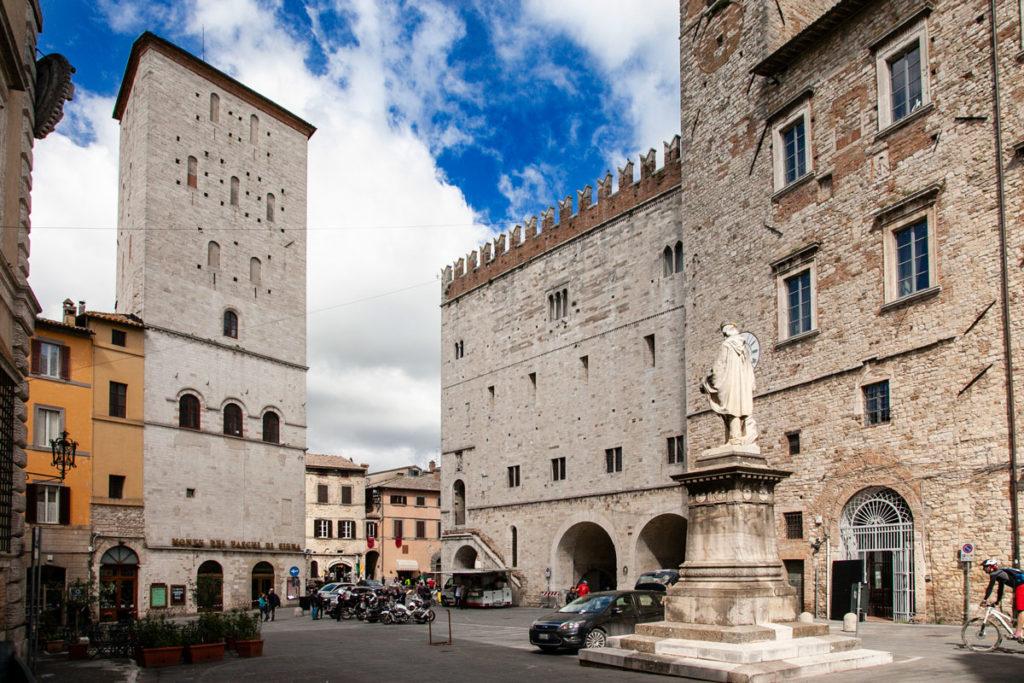 Piazza Garibaldi di Todi con Statua di Garibaldi - Palazzo del Popolo e Palazzo dei Priori